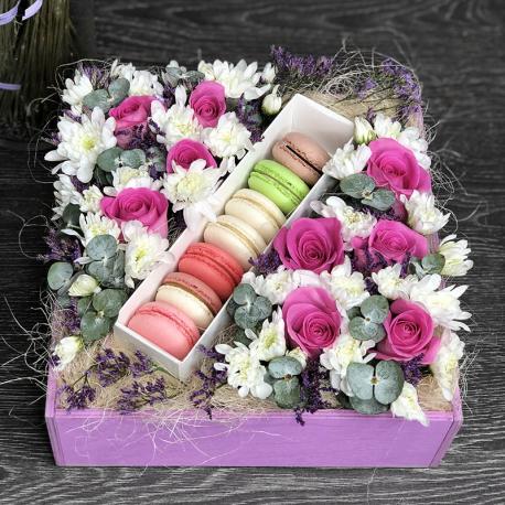 Деревянный ящик с цветами и макарони