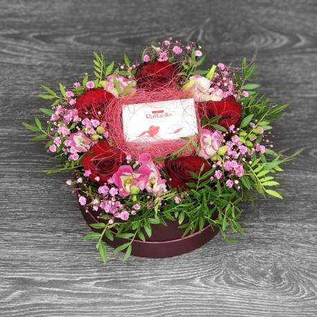 Коробка цветов с конфетами