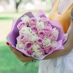 Букет из 25 белых и розовых роз (Россия)